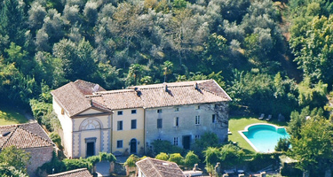 Prime locations of the Tuscany region: authentic chateaus of Cortona vs. resort-style villas of Monte Argentario ()